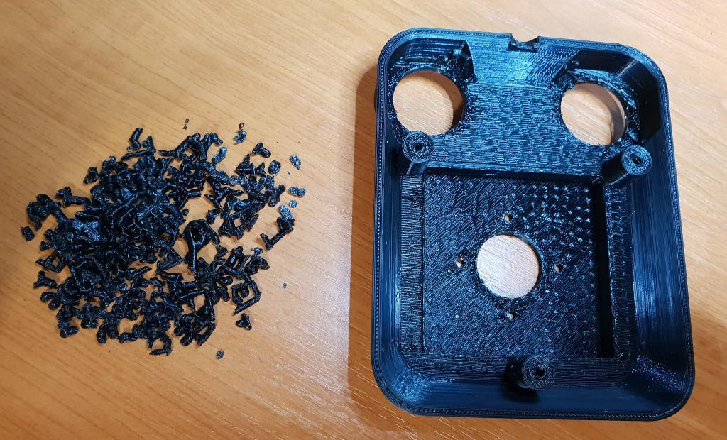 Vrchná časť s odstráneným balastom (vpravo) a odstránený balast (vľavo)